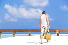 Uomo che passeggia nella spiaggia in Maldive Fotografie Stock