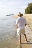 Uomo che passeggia su una spiaggia Fotografia Stock Libera da Diritti
