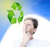 Uomo che pensa al sistema di riciclaggio Fotografia Stock