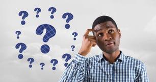Uomo che pensa con i punti interrogativi ricoperti di paglia blu fotografia stock libera da diritti