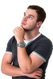 Uomo che pensa e che osserva in su Fotografie Stock Libere da Diritti
