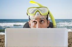 Uomo che pensa viaggia sulla sua vacanza prossima fotografia stock libera da diritti