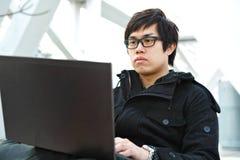 Uomo che per mezzo del calcolatore all'aperto Fotografie Stock