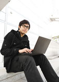 Uomo che per mezzo del calcolatore esterno Fotografia Stock