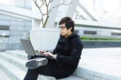 Uomo che per mezzo del calcolatore esterno Fotografia Stock Libera da Diritti