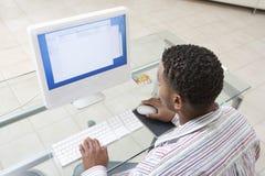 Uomo che per mezzo del computer Immagine Stock Libera da Diritti