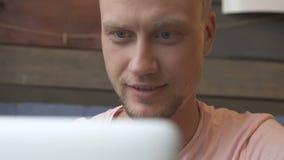 Uomo che per mezzo del computer portatile stock footage