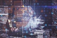 Uomo che per mezzo del computer portatile alla notte immagini stock libere da diritti