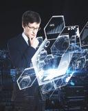 Uomo che per mezzo del computer portatile con i grafici Immagini Stock Libere da Diritti