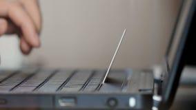Uomo che per mezzo del computer portatile per l'acquisto online con la carta di credito video d archivio