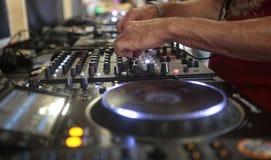 Uomo che per mezzo del dispositivo del DJ Fotografia Stock Libera da Diritti
