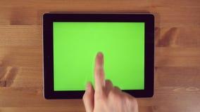 Uomo che per mezzo del PC della compressa con lo schermo verde stock footage