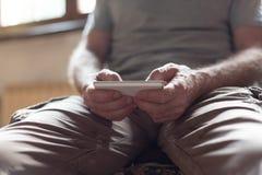 Uomo che per mezzo del suo smartphone Fotografia Stock Libera da Diritti