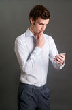 Uomo che per mezzo del telefono mobile Immagini Stock Libere da Diritti