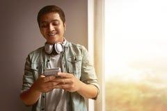Uomo che per mezzo del telefono mobile fotografie stock libere da diritti