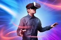 Uomo che per mezzo della cuffia avricolare di realtà virtuale fotografia stock