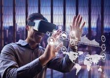 Uomo che per mezzo della cuffia avricolare di realtà virtuale con le icone della rete Immagine Stock