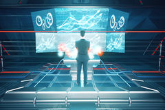 Uomo che per mezzo della parte posteriore futuristica di benchboard Immagini Stock