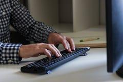 Uomo che per mezzo della tastiera Fotografie Stock Libere da Diritti
