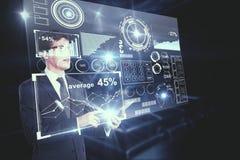 Uomo che per mezzo dello smartphone con i grafici Immagini Stock Libere da Diritti