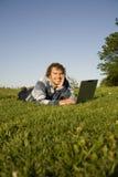 Uomo che per mezzo di un computer portatile all'aperto Fotografie Stock