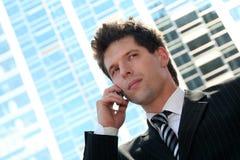 Uomo che per mezzo di un telefono mobile Immagini Stock Libere da Diritti