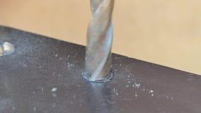 Uomo che per mezzo di un trapano d'acciaio per il metallo del trapano archivi video
