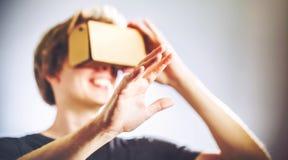 Uomo che per mezzo di una cuffia avricolare di realtà virtuale Immagini Stock Libere da Diritti