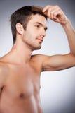 Uomo che pettina capelli. Fotografia Stock
