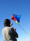 Uomo che pilota un cervo volante Fotografia Stock Libera da Diritti