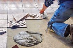 Uomo che pone piastrella per pavimento Fotografia Stock