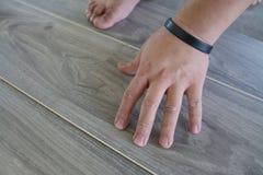 Uomo che pone PVC-pavimento Fotografia Stock Libera da Diritti