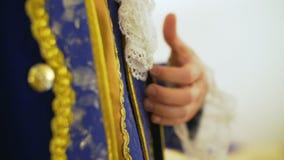 Uomo che porta costume europeo nobile del XVII secolo archivi video