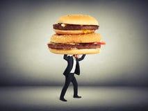 Uomo che porta i grandi panini immagini stock
