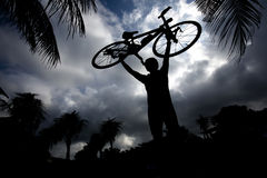 Uomo che porta la sua bici Immagine Stock