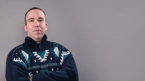 Uomo che porta un maglione caldo Fotografie Stock