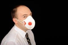 Uomo che porta una mascherina Fotografie Stock
