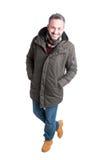 Uomo che posa camminata in abbigliamento casual di inverno Fotografia Stock