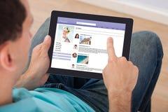 Uomo che pratica il surfing sul sito sociale Immagini Stock