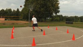 Uomo che pratica nella pallacanestro