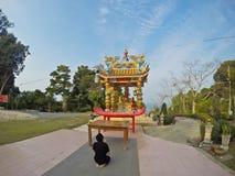 Uomo che prega ad un tempio cinese Fotografia Stock Libera da Diritti