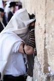 Uomo che prega alla parete lamentantesi Immagini Stock Libere da Diritti