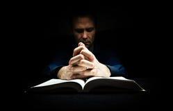 Uomo che prega a Dio fotografie stock libere da diritti
