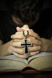 Uomo che prega a Dio Fotografia Stock