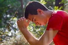 Uomo che prega in natura Fotografia Stock Libera da Diritti