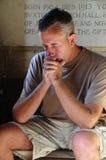 Uomo che prega nella chiesa immagini stock libere da diritti