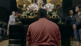 Uomo che prega prima dell'altare stock footage