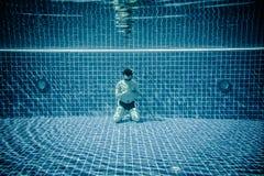 Uomo che prega sotto lo stagno di acqua Fotografie Stock Libere da Diritti