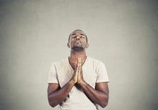 Uomo che prega speranza afferrata mani per il meglio Fotografie Stock