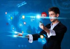 Uomo che preme i bottoni moderni del touch screen Fotografia Stock Libera da Diritti